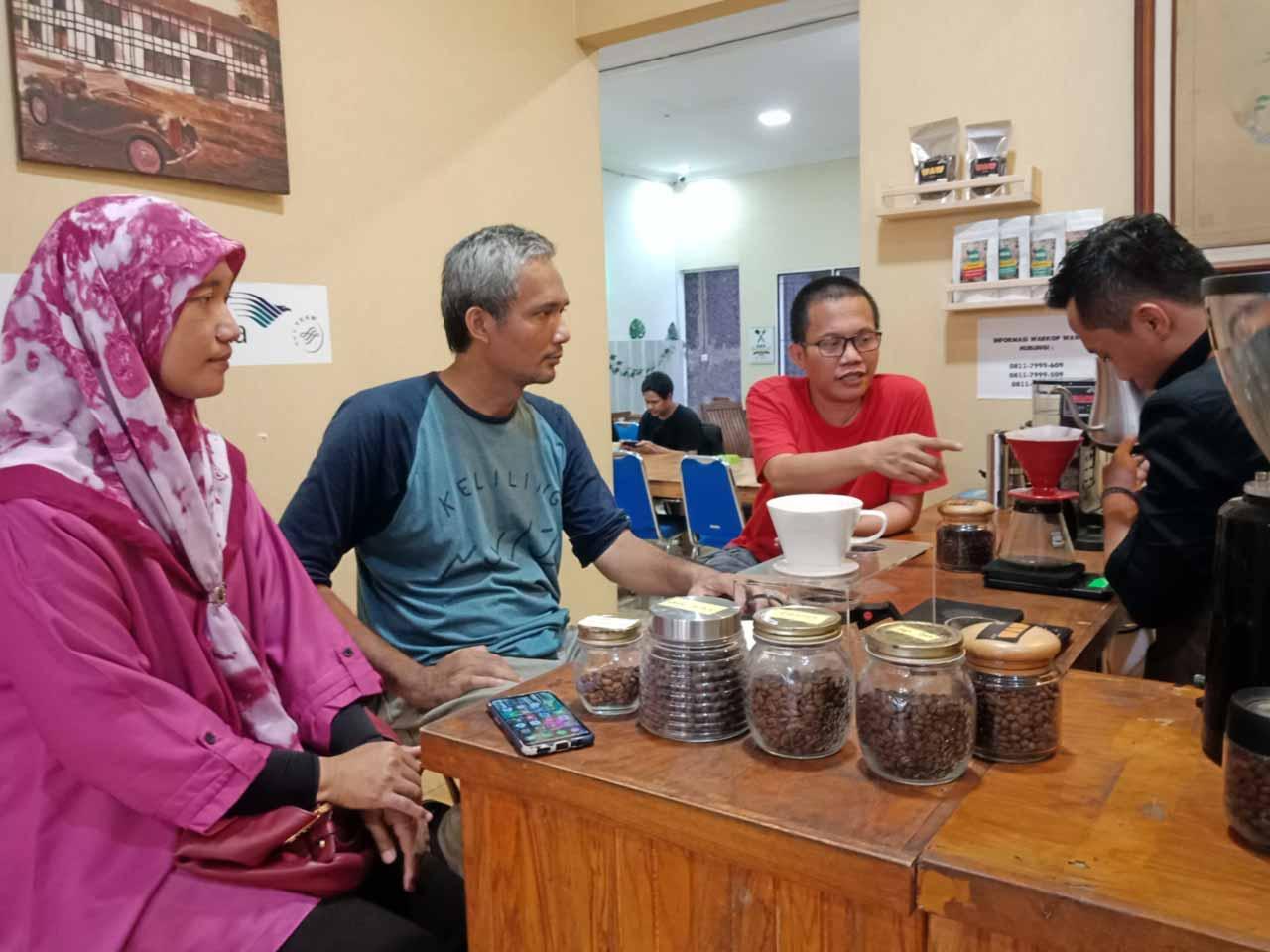 Bang Ismail Komar pemilik Warkop Waw Bandar Lampung - kelilinglampung - Yopie Pangkey - 4